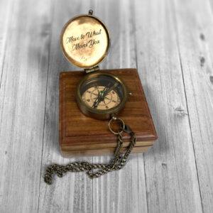Laserové gravírování na víčku kompasu