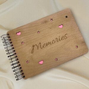 náhled dřevěného fotoalba s gravírováním a nápisem memories